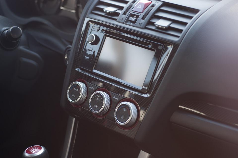 Tableau de bord d'une voiture équipée d'un autoradio high-tech